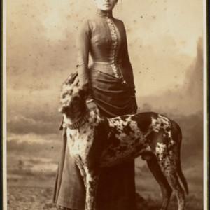 Eleonora z Husarzewskich Lubomirska w postawie stojącej z psem